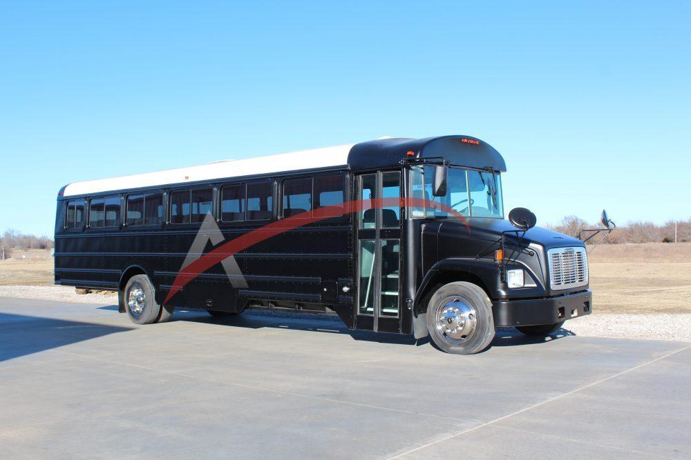 2005 Freightliner TH 44 Passenger Coach Bus – 1930
